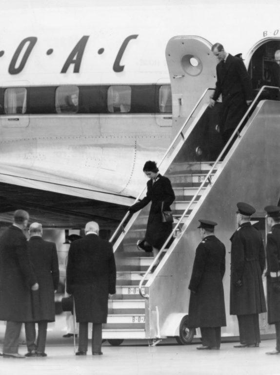 Isabel llegando a Inglaterra tras la muerte de su padre.