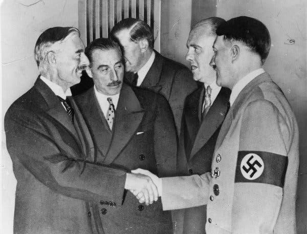 Chamberlain dando la mano a Hitler | Wikimedia Commons