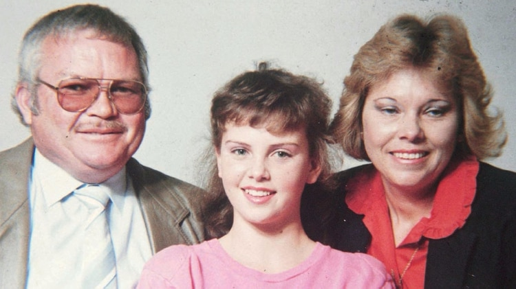 Charlize junto a sus padres