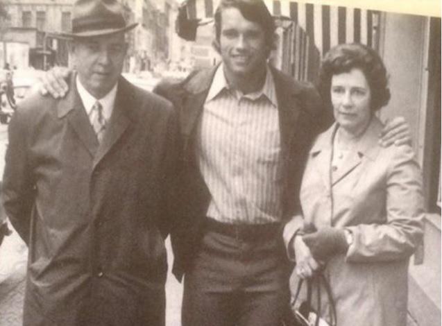 Schwarzenegger junto a sus padres | Wikimedia Commons