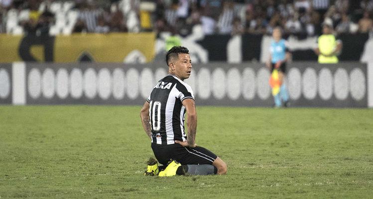 Plantel cerrado: Leonardo Valencia no llegará a Colo Colo y el 'cacique' no sumará más refuerzos