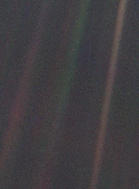 La Tierra aparece como un punto de luz ubicado en la franja marrón del costado derecho de la imagen | NASA