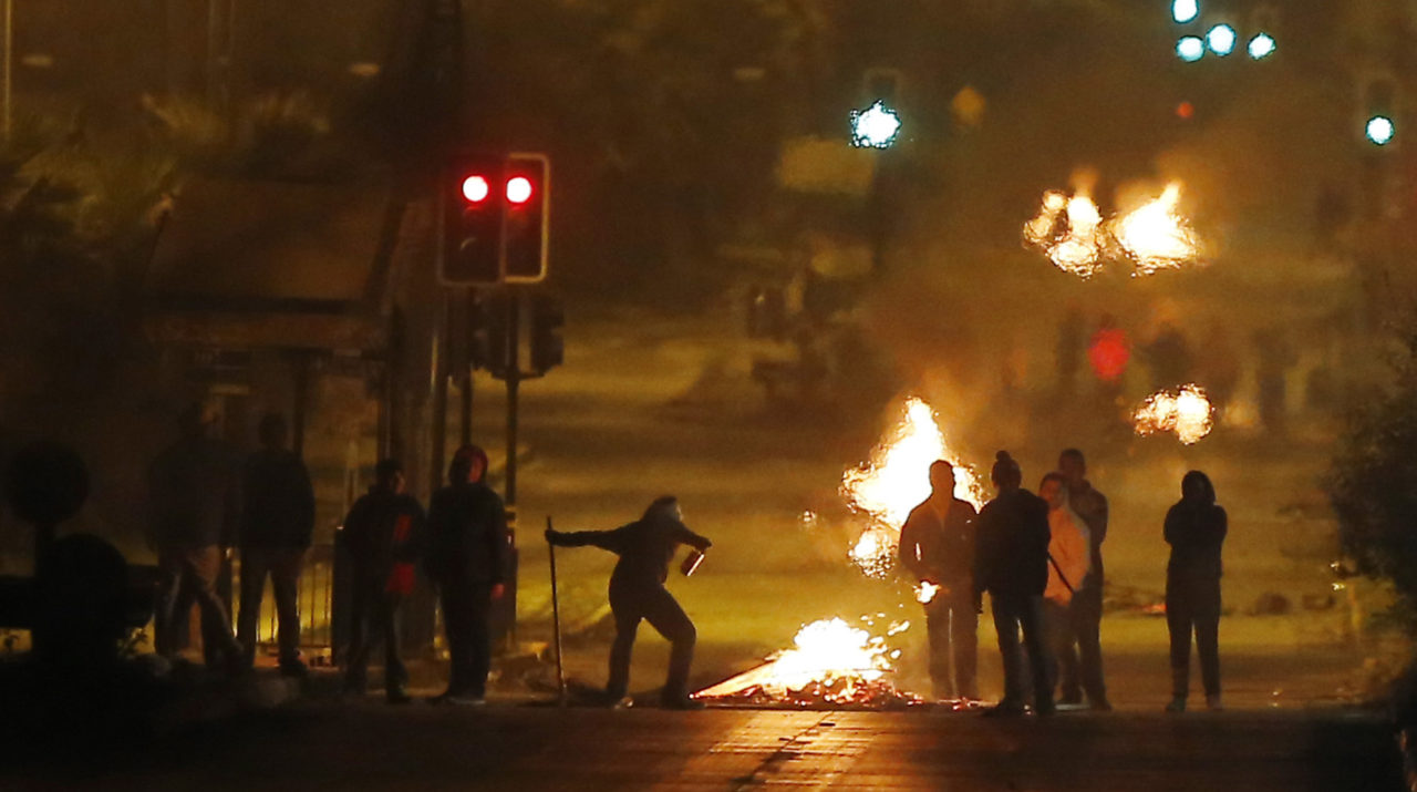 Barricadas y enfrentamientos con Carabineros en avenida Grecia a la altura de Las Parcelas, Rodrigo Sáenz | Agencia UNO