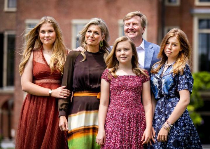 Catalina junto a sus padres y sus hermanas