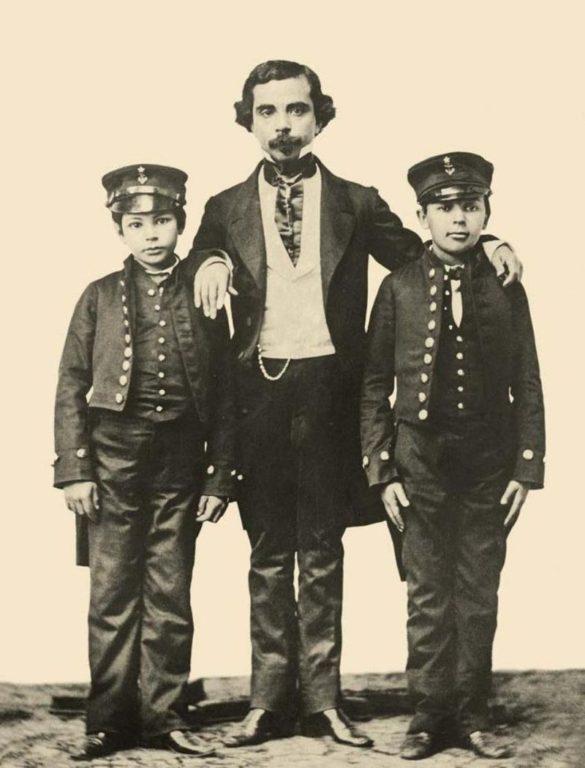 Arturo Prat, Jacinto Chacón (su tío materno) y Luis Uribe en 1858, año en que Prat y Uribe ingresaron a la Escuela Naval