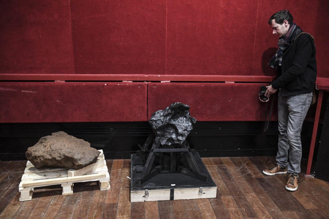 Roca de 364 kg y 60.000 años (izquierda) y otra de 157 kg y 55.000 años | Agence France-Presse