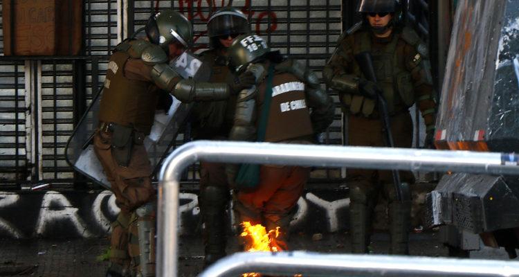 Carabinero es alcanzado por una bomba molotov   Mario Davila   Agencia Uno