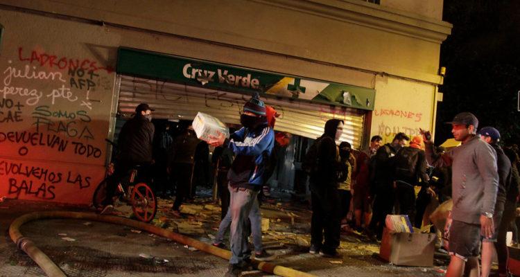 Saqueo en Farmacia Cruz Verde | Mauricio Mendez | Agencia Uno