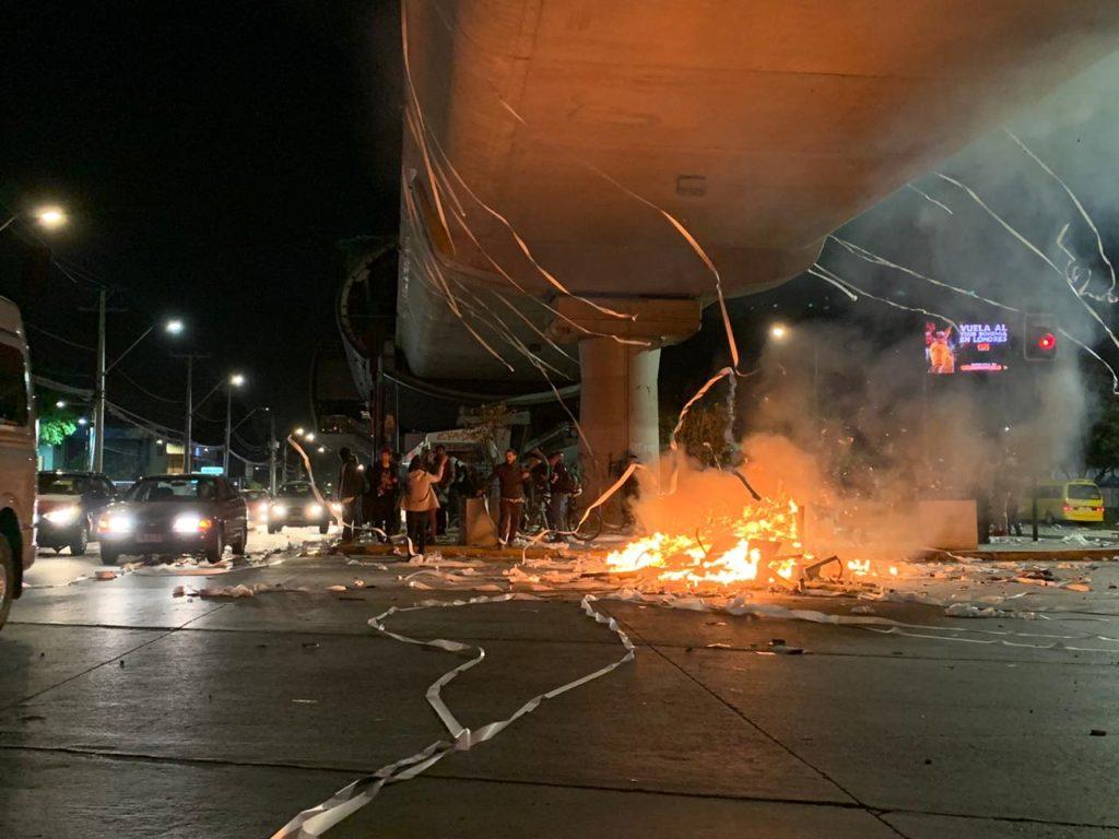 Barricada bajo la estación Trinidad   Felipe Cornejo (RBB)