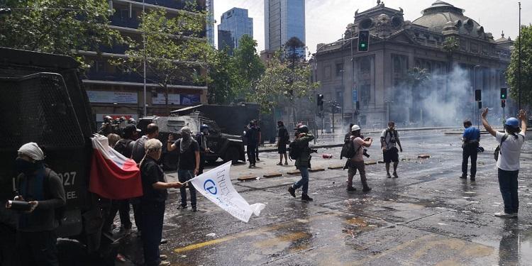 Carabineros en marcha en Santiago