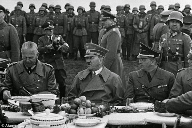 Hitler en un almuerzo   Wikimedia Commons