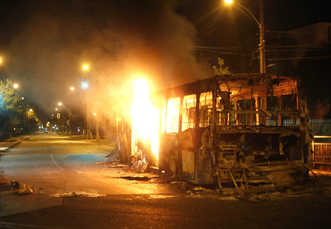 Incendio de un bus del Transantiago en calle Grecia | Cristóbal Escobar | Agencia UNO