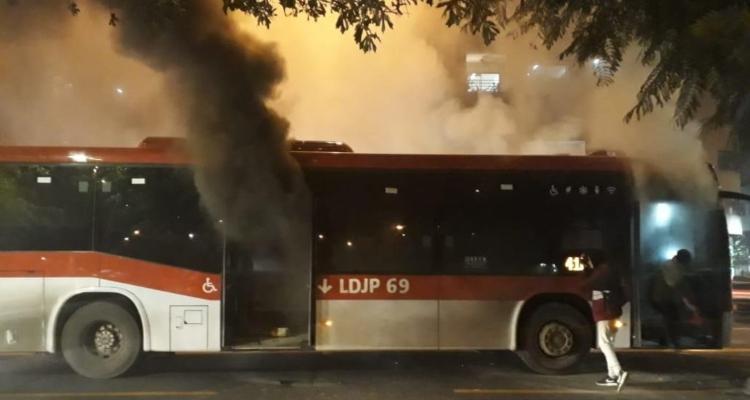 Bus quemado en Huelén con Providencia
