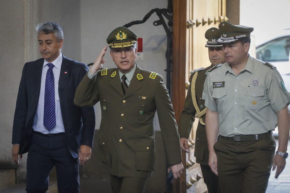 Al centro, el general director de Carabineros, Mario Rozas.
