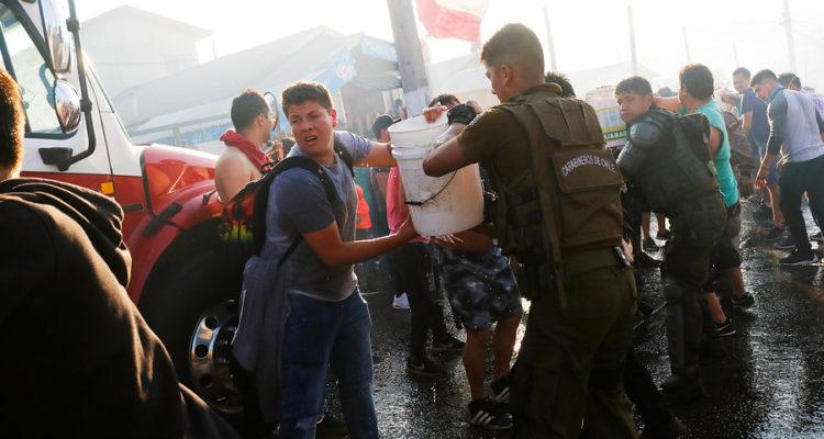 Vecinos y carabineros intentando controlar el fuego   Leonardo Rubilar   Agencia Uno