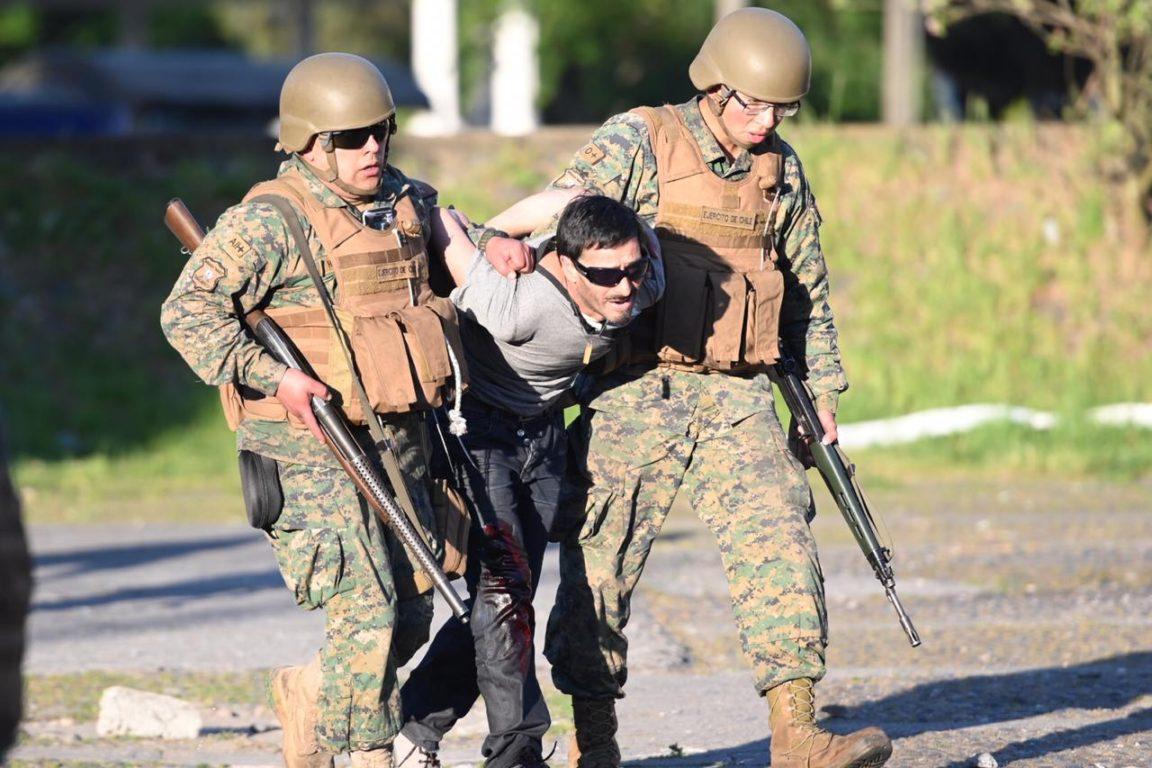 Sargento Herrera Villa a la izquierda, junto a la víctima del disparo | Agencia UNO