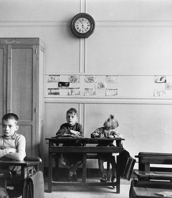 "©Robert Doisneau, ""El reloj de la escuela"", Paris 1956"