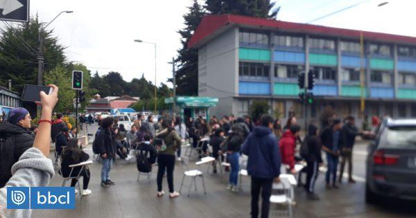 Estudiantes se toman Liceo de Hombres en Puerto Montt por demandas nacionales y locales - BioBioChile