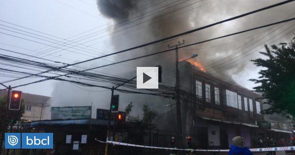 Incendio afecta a edificio con locales comerciales en el centro de Osorno: hay un bombero lesionado - BioBioChile