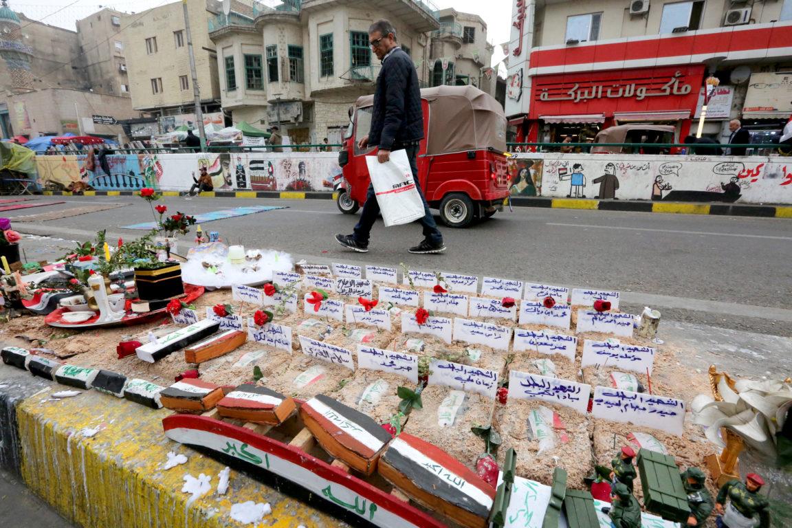Un hombre camina junto a homenajes en memoria de los manifestantes asesinados en las manifestaciones | Agence France-Presse