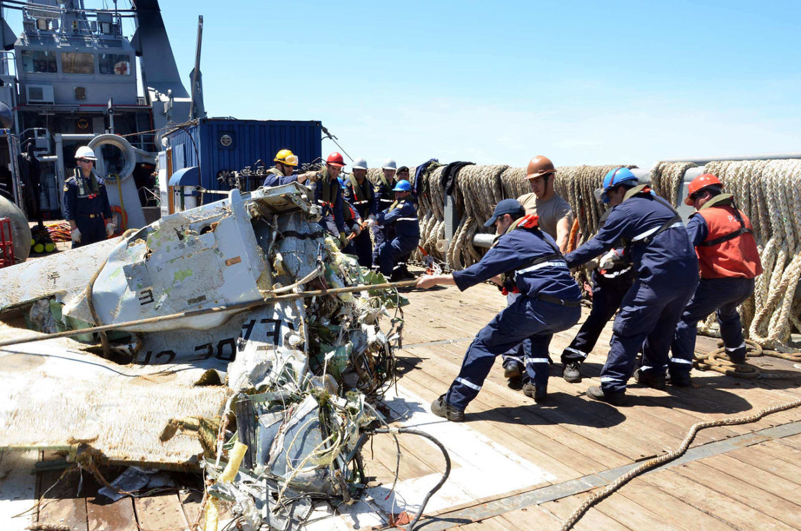 Archivo | Restos del CASA-212 recuperados del mar | AgenciaUNO