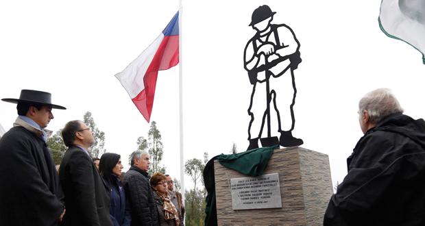Memorial en conmemoración a los brigadistas muertos, instalado a metros del lugar donde ocurrió la tragedia | Conaf