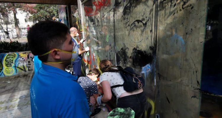 vecinos-de-providencia-participan-de-limpieza-del-vandalizado-cafe-literario-del-parque-bustamante-750x400.jpeg