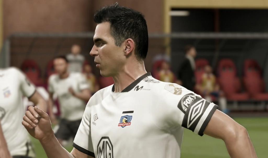"""En el uniforme de Colo Colo se puede observar un parche que muestra un """"1""""."""