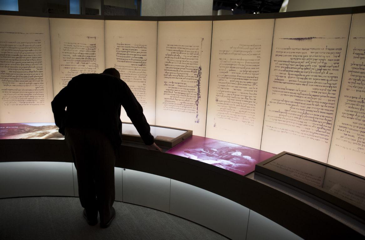 Visitantes observan una muestra de los manuscritos del Mar Muerto en el Museo de la Biblia | Agence France-Presse