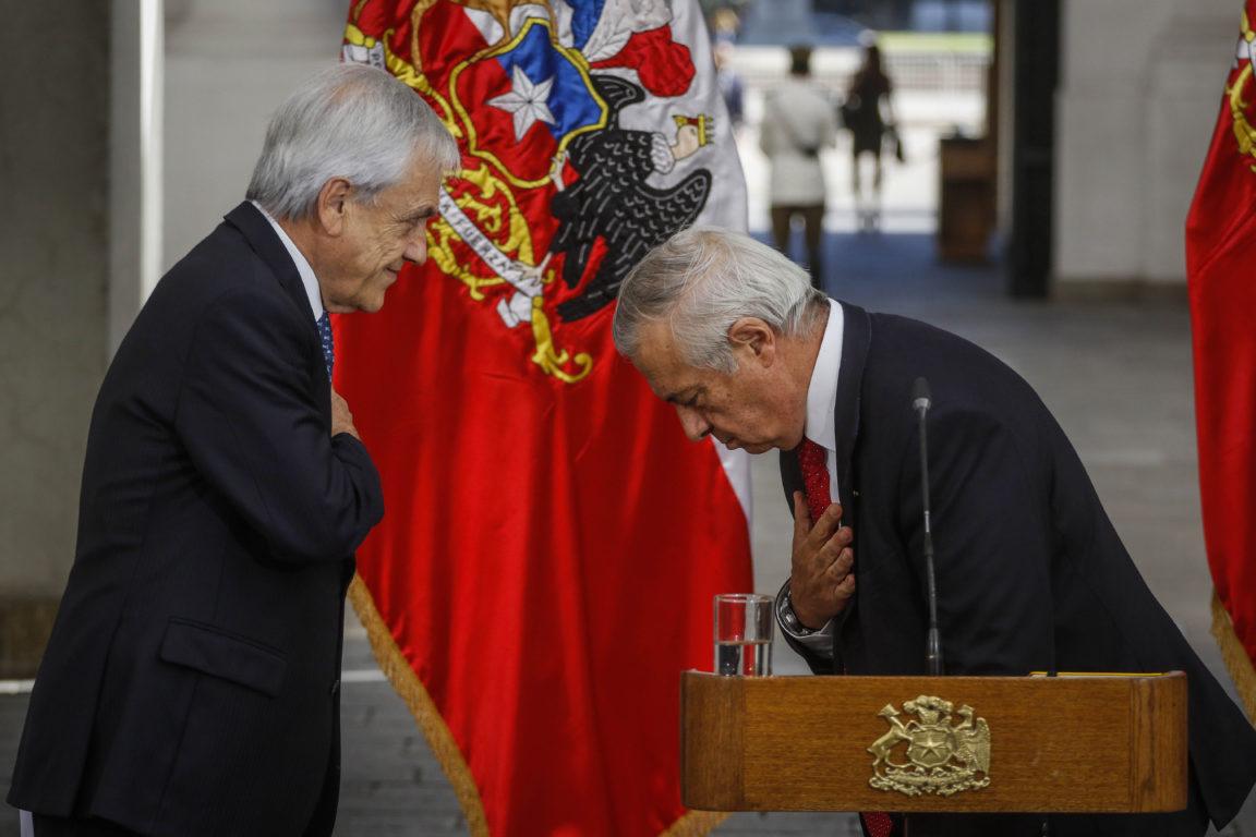 El Presidente de la República, Sebastián Piñera, se despide de Jaime Mañalich, ministro de Salud, con una reverencia | Agencia UNO