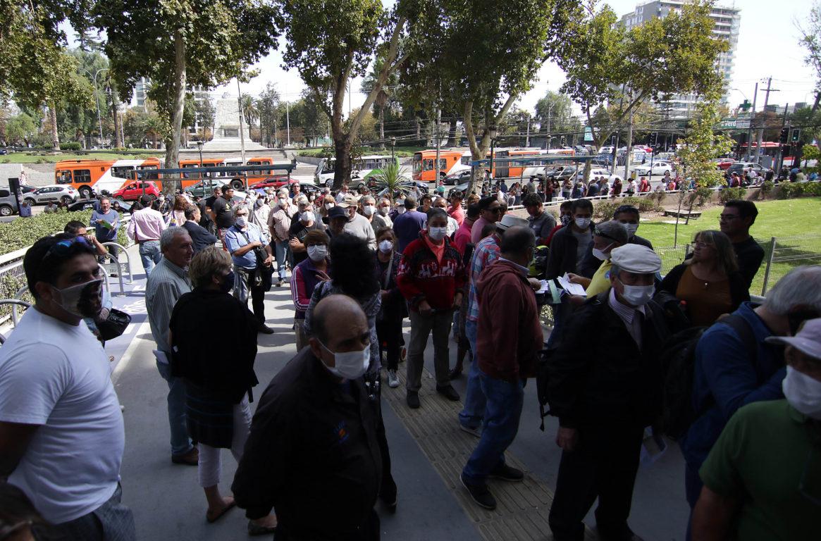 Larga fila en Maipú para pagar el permiso de circulación   Agencia UNO