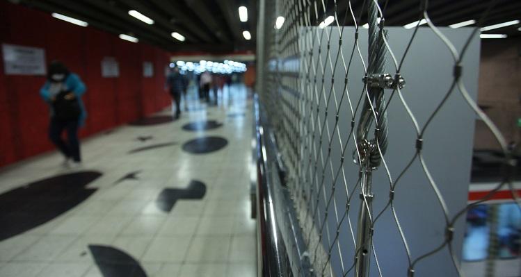 Mallas en estación Baquedano