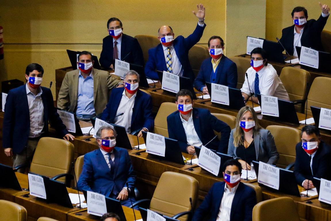 Diputados de la UDI, lucen mascarillas con la bandera de Chile.