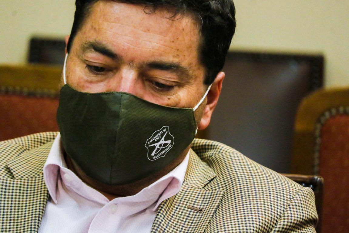 Diputado Juan Fuenzalida luce una mascarilla con la insignia de Carabineros de Chile.   Agencia UNO