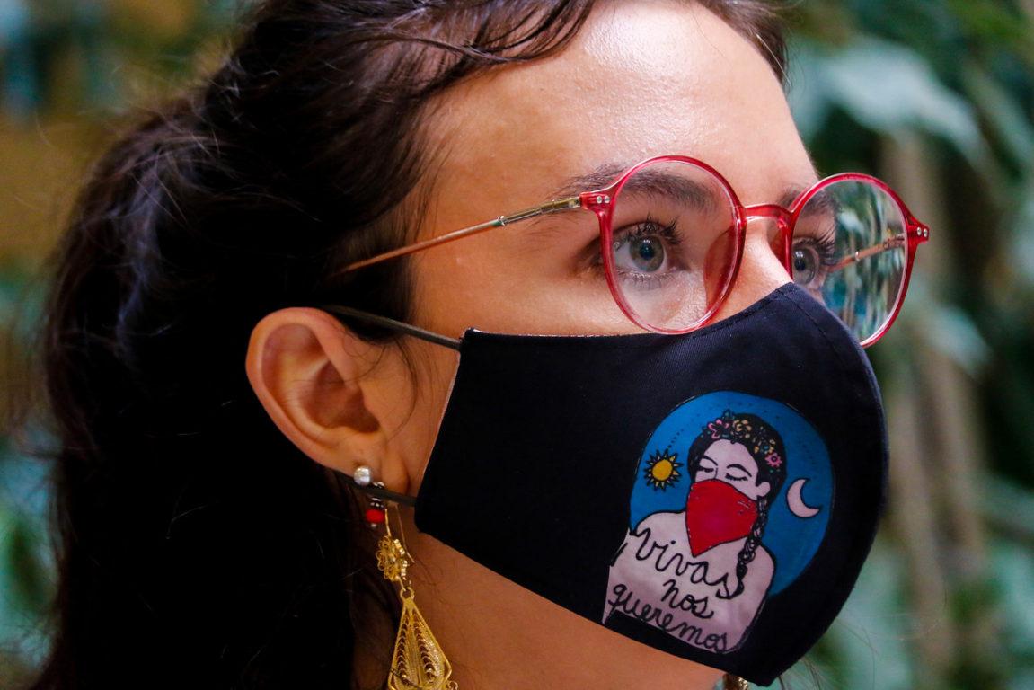 """Diputada PC Camila Vallejo luce una mascarilla con la consigna """"Vivas nos queremos"""", ligada al movimiento feminista.   Agencia UNO"""