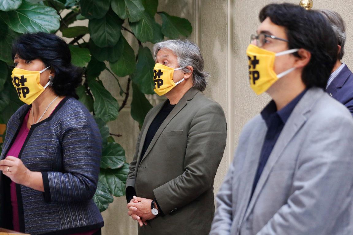 """Senadores Yasna Provoste , Alejandro Navarro y Juan Ignacio Latorre lucen mascarillas con la consigna """"No + AFP"""".   Agencia UNI"""