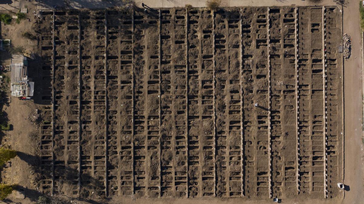 Excavación de sepulturas en el Cementerio General de Santiago | Martin Bernetti (AFP)