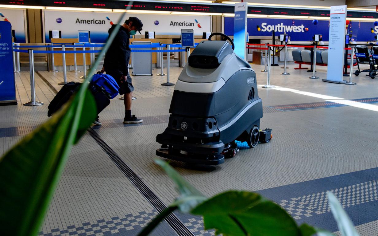 Un robot con luz UV limpia el piso en un aeropuerto de Pittsburgh | Agence France-Presse