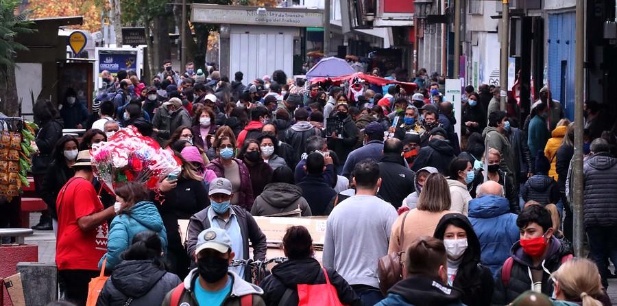 Aglomeración en el centro de Concepción en la víspera del Día de la Madre | Agencia UNO