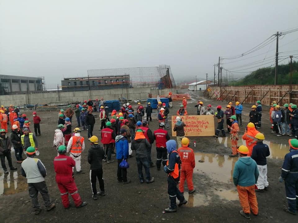 Club de Emergencias Décima Región | Facebook | Trabajadores a fines de marzo protestando por mejores condiciones sanitarias en la obra.