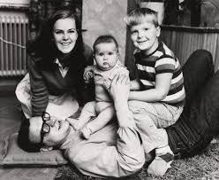 Anni-Frid Lyngstad de bebé (al medio)