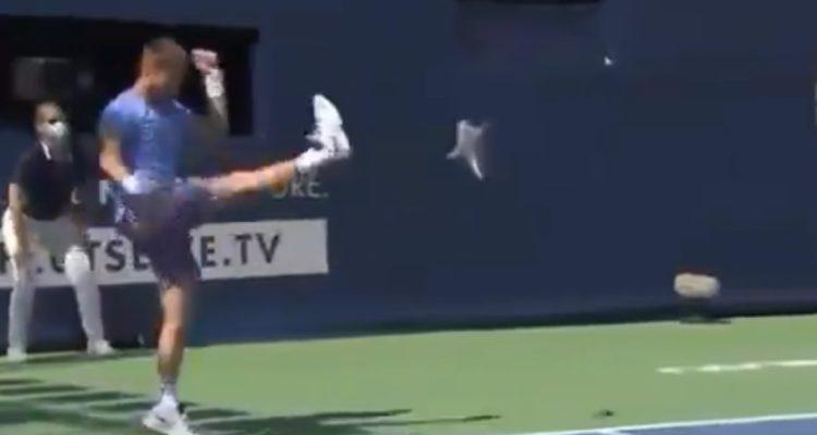 Tenista francés pateó la raqueta, golpeó la pared y se descontroló en pleno partido de exhibición