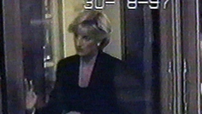 Diana saliendo de El Ritz