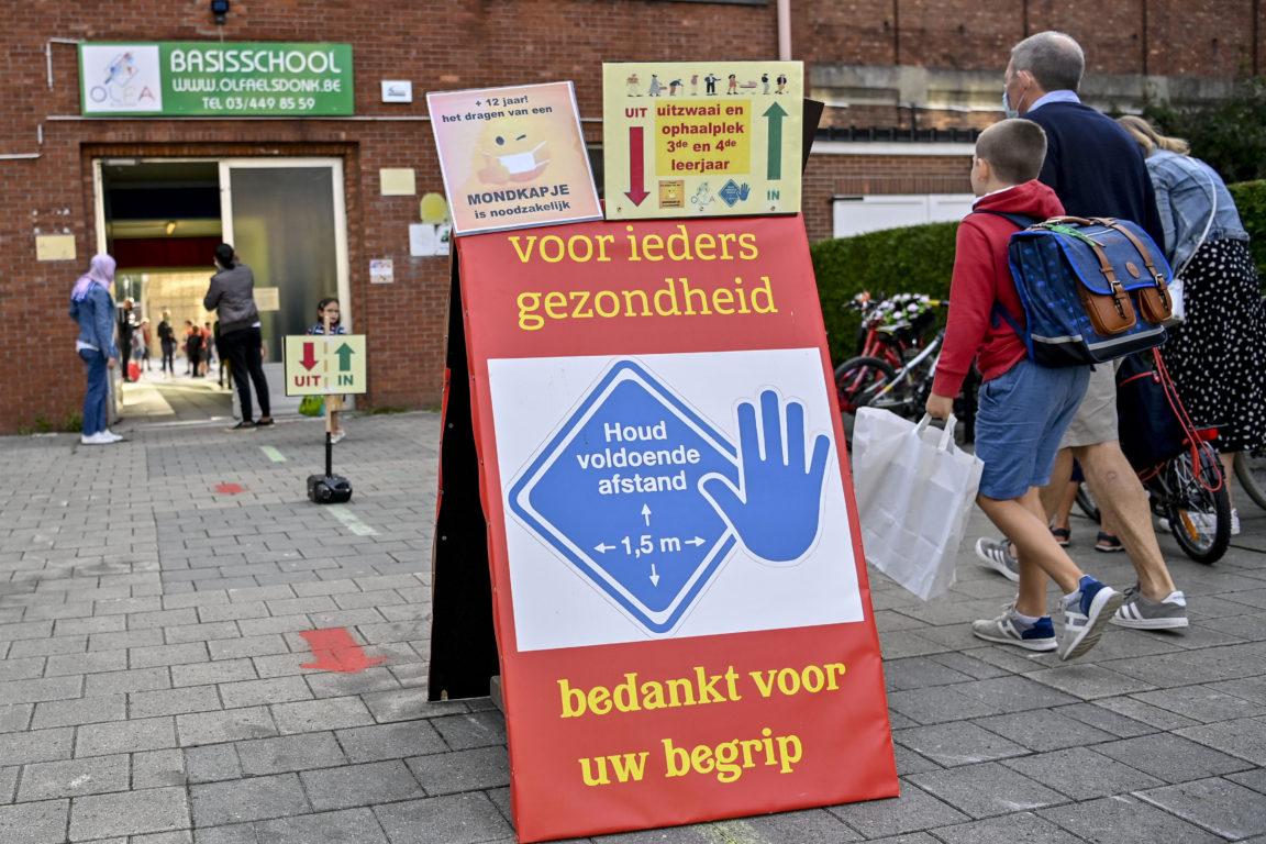 Letrero con medidas sanitarias en escuela de Bélgica | BELGA | AFP
