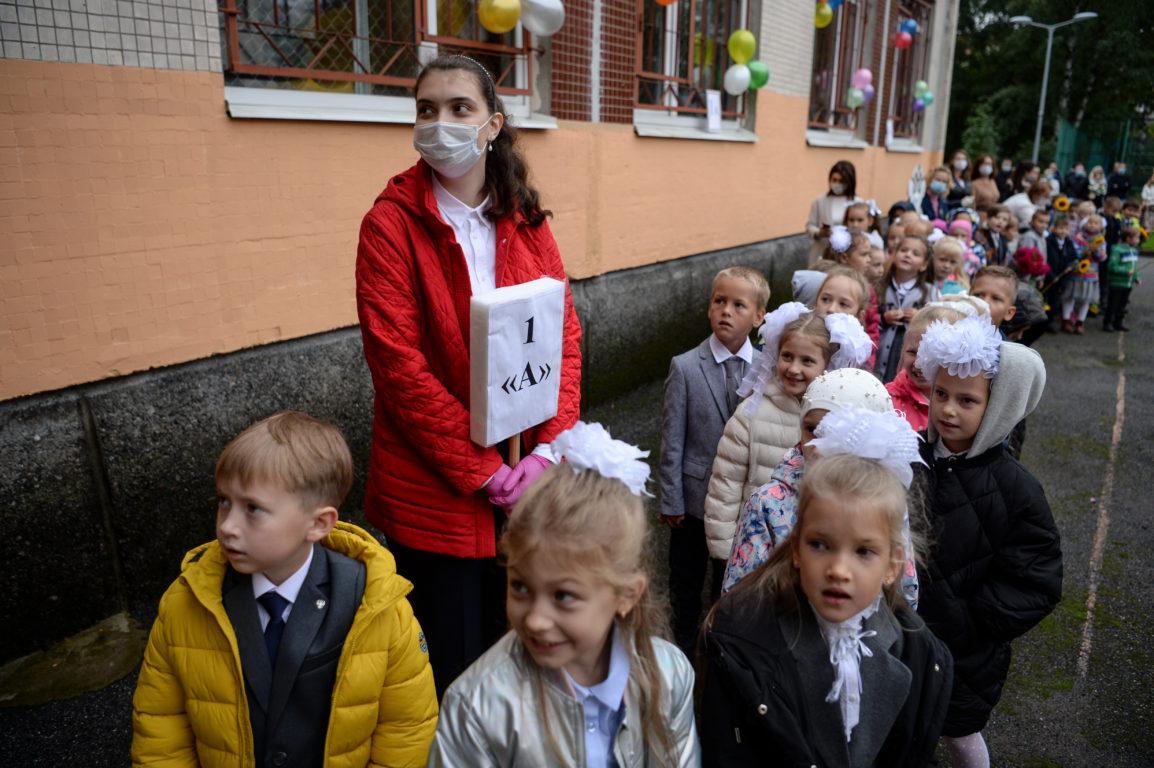 Niños sin mascarilla en Rusia | AFP