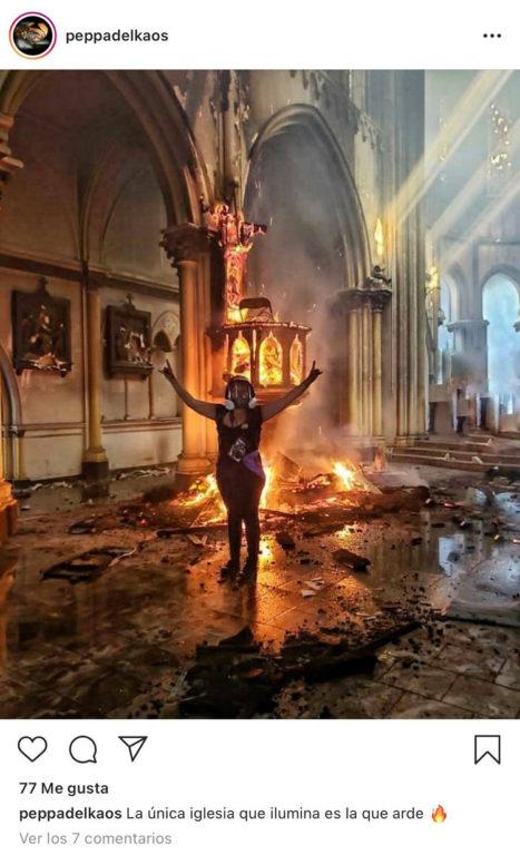 Joven celebra quema de Iglesia de Carabineros