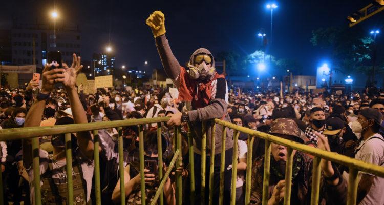 Nuevas protestas en Perú contra un Merino que se niega a dimitir |  Internacional | BioBioChile