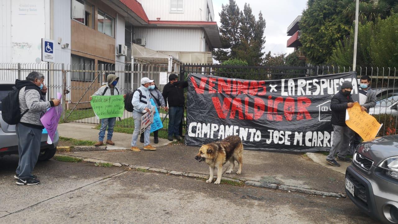 Pidieron soluciones y Serviu inició dialogo: desalojados de un campamento se manifiestan en Valdivia