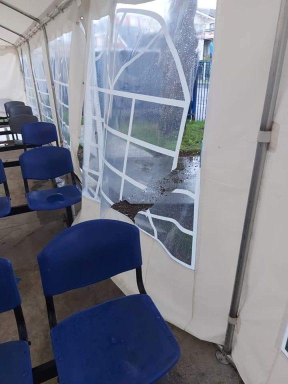 Con lluvia y viento: paciente debió esperar atención en una carpa afuera del Hospital de Castro