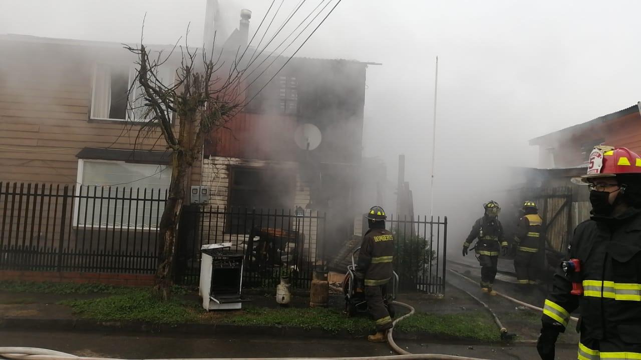 Incendio en Osorno deja una vivienda completamente destruida y casas colindantes dañadas